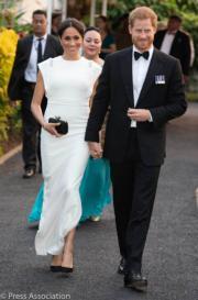 2018年10月25日,哈里王子(右)與梅根(左)在湯加出席晚宴。梅根換上Theia白色禮服長裙。(Kensington Palace twitter圖片)
