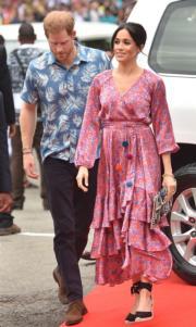 2018年10月24日,英國薩塞克斯公爵伉儷哈里王子(左)與梅根(右)到訪斐濟首都蘇瓦(Suva)的University of the South Pacific。(法新社)