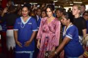2018年10月24日,英國薩塞克斯公爵夫人梅根(中)到訪斐濟首都蘇瓦(Suva)的市場。(法新社/Fijian Government)