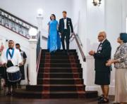 2018年10月23日,英國薩塞克斯公爵伉儷哈里王子(後排右)與梅根(後排左)訪問斐濟時出席國宴。懷孕的梅根穿上SAFiYAA藍色連身裙。(Kensington Palace Twitter圖片)