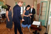 2018年10月19日,英國薩塞克斯公爵伉儷哈里王子(背對鏡頭)與梅根(右二)(法新社)