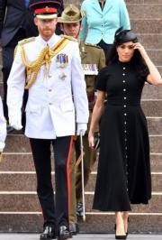 2018年10月20日,英國薩塞克斯公爵伉儷哈里王子(左)與梅根(中)在悉尼出席活動。(法新社)