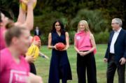 2018年10月18日,懷孕的梅根(右三)外訪澳洲,她穿上Dion Lee深藍色連身裙配襯高跟鞋,出席This Girl Can活動。(Kensington Palace twitter圖片)