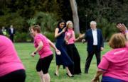 2018年10月18日,懷孕的梅根(右三)外訪澳洲。(Kensington Palace twitter圖片)