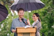2018年10月17日,懷孕的梅根(右)偕哈里王子(左)外訪澳洲。(Kensington Palace twitter圖片)