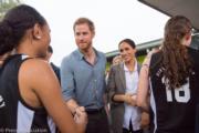 2018年10月17日,懷孕的梅根(左三)偕哈里王子(左二)外訪澳洲。(Kensington Palace twitter圖片)