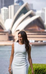2018年10月16日,懷孕的梅根外訪澳洲悉尼,身穿白裙配襯高跟鞋,腹部未見明顯隆起。(法新社)