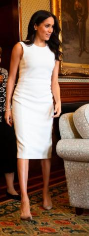 2018年10月16日,懷孕的梅根外訪澳洲,身穿白裙配襯高跟鞋,腹部未見明顯隆起。(法新社)