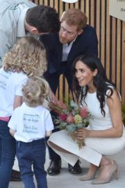 2018年10月16日,懷孕的梅根(右)偕哈里王子(右二)外訪澳洲。(法新社)