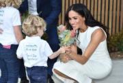2018年10月16日,懷孕的梅根(右)偕哈里王子外訪澳洲。(法新社)