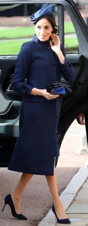 2018年10月12日,梅根(圖)身穿Givenchy藍色外套及裙子,出席英女王孫女、尤金妮亞公主的婚禮。幾日後,英國王室公布梅根已懷孕的喜訊。(法新社)