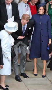 2018年10月12日,梅根(右)與哈里王子(中)出席英女王(左)的孫女、尤金妮亞公主的婚禮。(法新社)