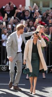 2018年10月10日,薩塞克斯公爵伉儷哈里王子(左)與梅根(右)一起到訪薩塞克斯。(法新社)