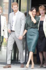 2018年10月10日,薩塞克斯公爵伉儷哈里王子(左)與梅根(右)一起到訪薩塞克斯。梅根當時已懷孕,與哈里十指緊扣。(法新社)
