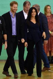2018年9月24日,英國薩塞克斯公爵伉儷哈里王子(左)與梅根(右)出席活動。(法新社)