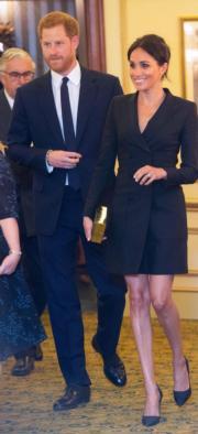 2018年8月29日,英國薩塞克斯公爵伉儷哈里王子(左)和梅根(右)在倫敦Victoria Palace Theatre觀賞話劇。梅根以黑色短裙亮相。(法新社)