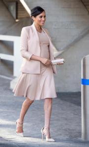 2019年1月30日,梅根在倫敦參觀National Theatre,她穿上Brandon Maxwell裸色外套裙裝配Aquazzura裸色斗零高踭鞋。(法新社)