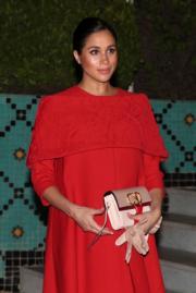 2019年2月23日,梅根和哈里王子外訪摩洛哥。梅根穿Valentino紅色裙子。(法新社)