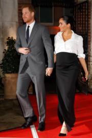 2019年2月7日,哈里王子(左)和梅根(右)在倫敦出席頒獎典禮,梅根身穿白色上衣配黑色長裙,腳踏斗零高踭鞋,手拿黑色clutch亮相。(法新社)