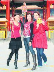 陳茵媺、周家蔚、呂慧儀這3位2006年港姐入鄉隨俗,到黃大仙祠拜神。(資料圖片)