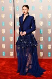 《魔都獵人:骸骨之城》莉莉哥連斯(Lily Collins)穿著紫藍色Givenchy西裝上衣款式加透視喱士長裙現身。(法新社)