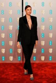 《星夢情深》畢利谷巴女友伊蓮娜,身為名模的她,穿著Burberry by Riccardo Tisci的西裝,中性打扮,卻更突出性感魅力。(法新社)