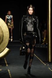 【米蘭時裝周】名模Bella Hadid以黑色皮衣配蕾絲褲亮相Versace 2019秋冬時裝騷。(法新社)