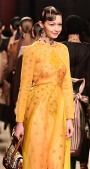 【米蘭時裝周】名模Gigi Hadid以一襲黃色透視裙登上Fendi 2019秋冬時裝騷。(法新社)