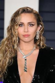 【奧斯卡珠寶】Miley Cyrus戴上BVLGARI頸鏈。(法新社)