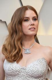 【奧斯卡珠寶】愛美雅當絲(Amy Adams)戴上Cartier鉑金鑽石胸針配頸鏈。(法新社)