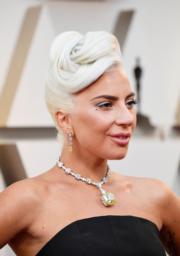 【奧斯卡珠寶】Lady Gaga佩戴Tiffany & Co.鑽石頸鏈,吊墜鑲有總重逾128.5卡的單顆濃彩黃鑽。(法新社)