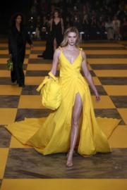 【巴黎時裝周】名模Karlie Kloss以一襲黃色裙裝亮相Off-White的時裝騷。(法新社)