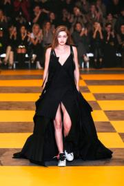 【巴黎時裝周】名模Gigi Hadid以球鞋配搭黑色禮裙,貫徹Off-White的街頭風格。(法新社)