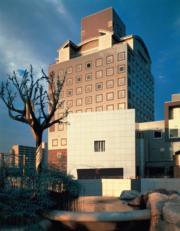 【磯崎新建築作品】日本茨城縣築波中心大廈 (1979-1983)(照片由石元泰博提供/普利茲克建築獎網站圖片)