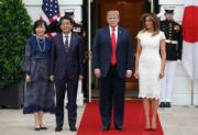 2019年4月26日,美國總統特朗普(右二)與夫人梅拉尼婭(右),與日本首相安倍晉三(左二)及夫人安倍昭惠(左)在美國白宮會面。(法新社)