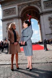 2019年3月25日,彭麗媛(右)與布麗吉特(左)在凱旋門合照,二人一同以裙裝配高跟鞋。(法新社)