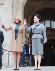 2019年3月25日,彭麗媛(右)與布麗吉特(左)參觀法國巴黎歌劇院。(新華社)