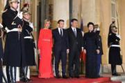 2019年3月25日晚上,法國總統馬克龍及夫人布麗吉特在總統官邸愛麗舍宮設宴款待中國國家主席習近平與夫人彭麗媛。(法新社)