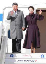 2019年3月25日,習近平(左)與夫人彭麗媛(右)結束在法國尼斯的行程後,乘專機離開尼斯抵達巴黎,繼續法國外訪行程。圖為二人抵達巴黎戴高樂機場。(新華社)