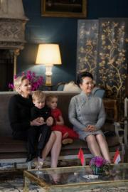 2019年3月24日,中國國家主席習近平與夫人彭麗媛外訪摩納哥。彭麗媛(右)與摩納哥王妃維特斯托克(左)、雅克小王子(左二)和加萊列拉小公主(左三)見面。(Palais Princier de Monaco facebook圖片)