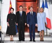 2019年3月24日,中國國家主席習近平(左二)與夫人彭麗媛(左)在法國尼斯與法國總統馬克龍(左三)及夫人布麗吉特(右)見面。(新華社)