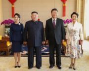 2019年1月9日,中國國家主席習近平(右二)及夫人彭麗媛(右),與朝鮮領導人金正恩(左二)及夫人李雪主(左)在北京會面。(新華社)