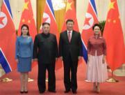 2019年1月8日,中國國家主席習近平(右二)及夫人彭麗媛(右),與朝鮮領導人金正恩(左二)及夫人李雪主(左)在北京會面。(新華社)