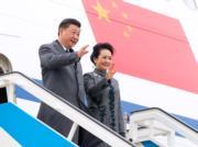 2018年12月4日,中國國家主席習近平(左)與夫人彭麗媛(右)抵達葡萄牙里斯本展開國事訪問,二人同穿深色外套,十分合襯。(新華社)