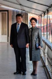 2018年12月4日,國家主席習近平(左)與夫人彭麗媛(右)訪問葡萄牙,圖為習近平夫婦在貝倫宮合影。(法新社)