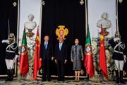 2018年12月4日,國家主席習近平(左)與夫人彭麗媛(右)訪問葡萄牙,圖為葡萄牙總統德索薩(中)與習近平夫婦在貝倫宮合影。(法新社)