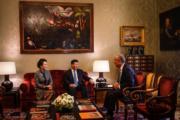 2018年12月4日,中國國家主席習近平(中)和夫人彭麗媛(左)到訪葡萄牙,與葡萄牙總統德索薩(右)見面。(法新社)