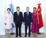 國家主席習近平(左二)出席阿根廷G20峰會,12月2日與阿根廷總統馬克里(Mauricio Macri,右二)會面。會談前,習近平伉儷與馬克里伉儷合影。(新華社)