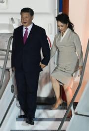 2018年12月2日,中國國家主席習近平(左二)與夫人彭麗媛(左)抵達巴拿馬訪問。(法新社)