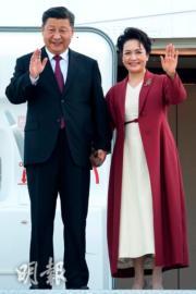 2018年11月27日,國家主席習近平(左)與夫人彭麗媛(右)抵達西班牙馬德里。(法新社/BORJA PUIG DE LA BELLACASA/Spain's Secretary State Of Press)